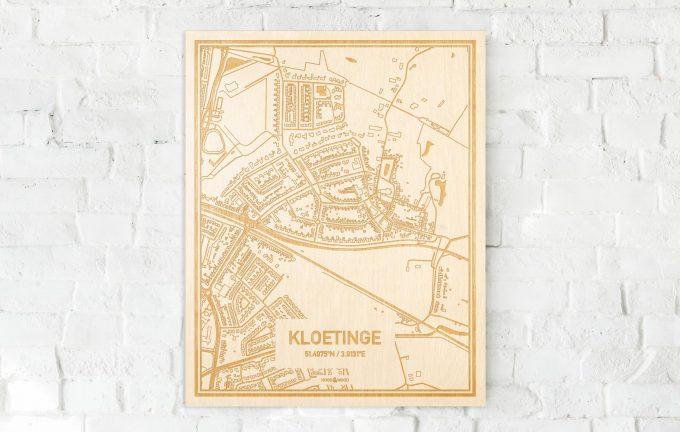 De kaart Kloetinge aan een witte bakstenen muur. Prachtige persoonlijke muurdecoratie. Lasers graveren Kloetinge haar straten, buurten en huizen waardoor een schitterende plaats in Zeeland mooi in kaart gebracht wordt.