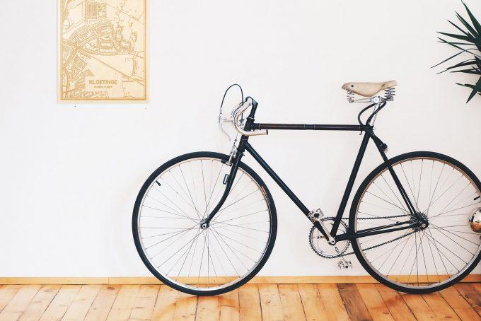 Een snelle fiets in een uniek interieur in Zeeland met mooie decoratie zoals de plattegrond Kloetinge.