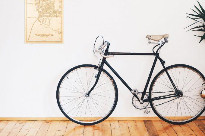 Een snelle fiets in een uniek interieur in Zeeland met mooie decoratie zoals de plattegrond Kloosterzande.