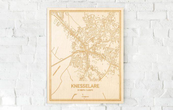 De kaart Knesselare aan een witte bakstenen muur. Prachtige persoonlijke muurdecoratie. Lasers graveren Knesselare haar straten, buurten en huizen waardoor een unieke plaats in Oost-Vlaanderen  mooi in kaart gebracht wordt.