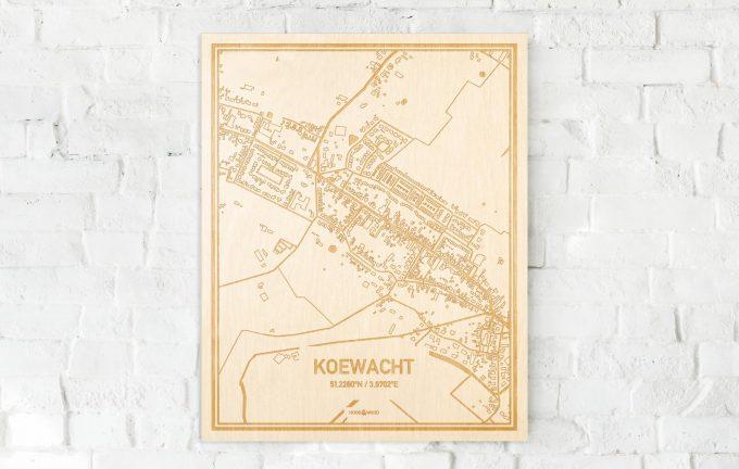 De kaart Koewacht aan een witte bakstenen muur. Prachtige persoonlijke muurdecoratie. Lasers graveren Koewacht haar straten, buurten en huizen waardoor een moderne plaats in Zeeland mooi in kaart gebracht wordt.