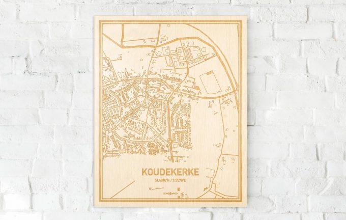 De kaart Koudekerke aan een witte bakstenen muur. Prachtige persoonlijke muurdecoratie. Lasers graveren Koudekerke haar straten, buurten en huizen waardoor een opvallende plaats in Zeeland mooi in kaart gebracht wordt.