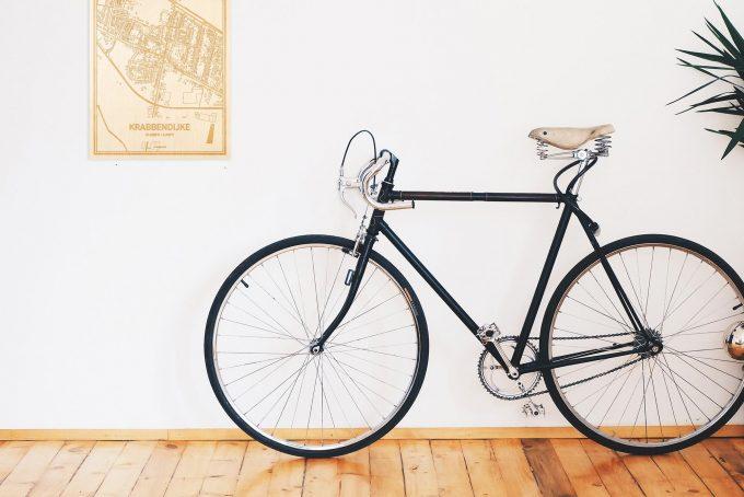 Een snelle fiets in een uniek interieur in Zeeland met mooie decoratie zoals de plattegrond Krabbendijke.