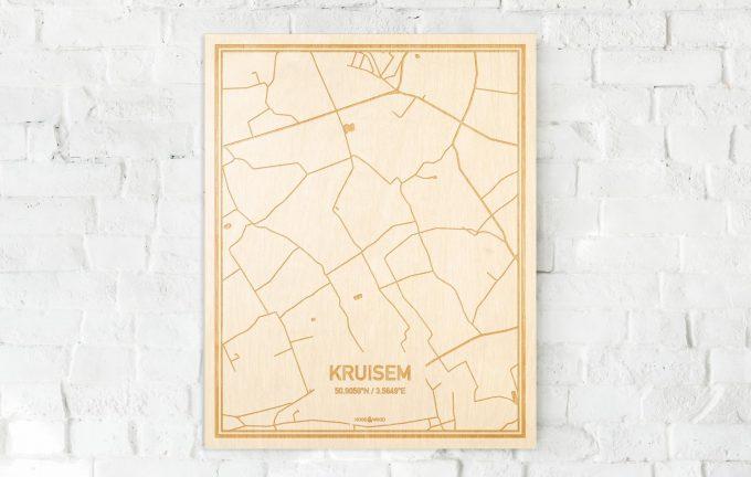 De kaart Kruisem aan een witte bakstenen muur. Prachtige persoonlijke muurdecoratie. Lasers graveren Kruisem haar straten, buurten en huizen waardoor een prachtige plaats in Oost-Vlaanderen  mooi in kaart gebracht wordt.