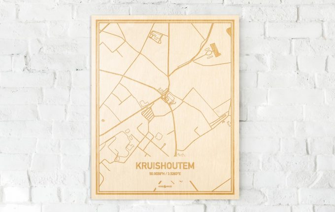 De kaart Kruishoutem aan een witte bakstenen muur. Prachtige persoonlijke muurdecoratie. Lasers graveren Kruishoutem haar straten, buurten en huizen waardoor een originele plaats in Oost-Vlaanderen  mooi in kaart gebracht wordt.