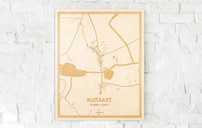 De kaart Kuitaart aan een witte bakstenen muur. Prachtige persoonlijke muurdecoratie. Lasers graveren Kuitaart haar straten, buurten en huizen waardoor een prachtige plaats in Zeeland mooi in kaart gebracht wordt.