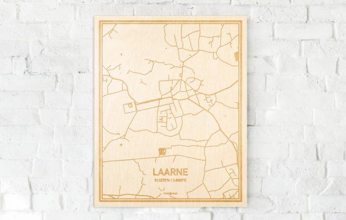 De kaart Laarne aan een witte bakstenen muur. Prachtige persoonlijke muurdecoratie. Lasers graveren Laarne haar straten, buurten en huizen waardoor een stijlvolle plaats in Oost-Vlaanderen  mooi in kaart gebracht wordt.