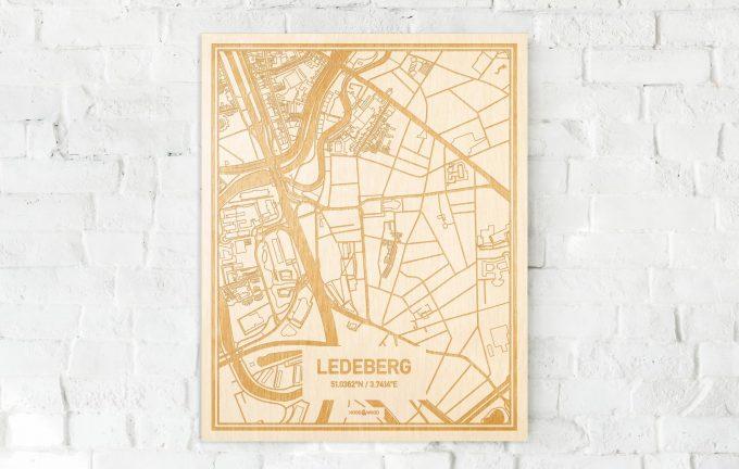 De kaart Ledeberg aan een witte bakstenen muur. Prachtige persoonlijke muurdecoratie. Lasers graveren Ledeberg haar straten, buurten en huizen waardoor een bijzondere plaats in Oost-Vlaanderen  mooi in kaart gebracht wordt.