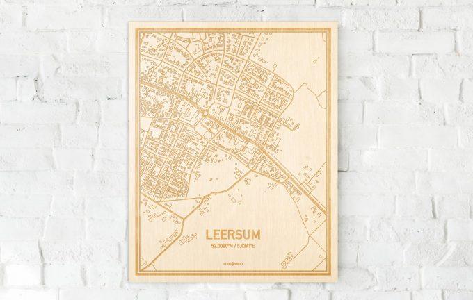 De kaart Leersum aan een witte bakstenen muur. Prachtige persoonlijke muurdecoratie. Lasers graveren Leersum haar straten, buurten en huizen waardoor een schitterende plaats in Utrecht mooi in kaart gebracht wordt.