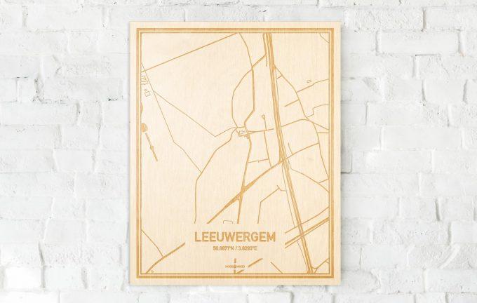 De kaart Leeuwergem aan een witte bakstenen muur. Prachtige persoonlijke muurdecoratie. Lasers graveren Leeuwergem haar straten, buurten en huizen waardoor een bijzondere plaats in Oost-Vlaanderen  mooi in kaart gebracht wordt.