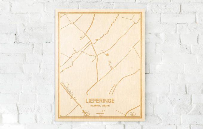 De kaart Lieferinge aan een witte bakstenen muur. Prachtige persoonlijke muurdecoratie. Lasers graveren Lieferinge haar straten, buurten en huizen waardoor een speciale plaats in Oost-Vlaanderen  mooi in kaart gebracht wordt.