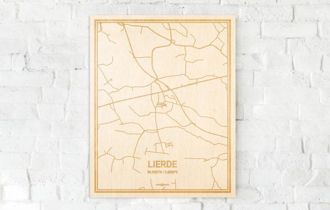 De kaart Lierde aan een witte bakstenen muur. Prachtige persoonlijke muurdecoratie. Lasers graveren Lierde haar straten, buurten en huizen waardoor een moderne plaats in Oost-Vlaanderen  mooi in kaart gebracht wordt.