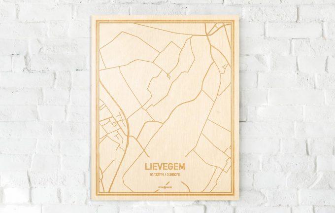 De kaart Lievegem aan een witte bakstenen muur. Prachtige persoonlijke muurdecoratie. Lasers graveren Lievegem haar straten, buurten en huizen waardoor een opvallende plaats in Oost-Vlaanderen  mooi in kaart gebracht wordt.