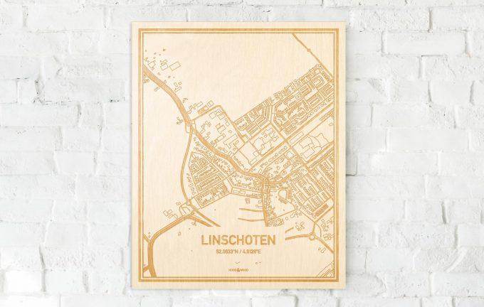 De kaart Linschoten aan een witte bakstenen muur. Prachtige persoonlijke muurdecoratie. Lasers graveren Linschoten haar straten, buurten en huizen waardoor een unieke plaats in Utrecht mooi in kaart gebracht wordt.