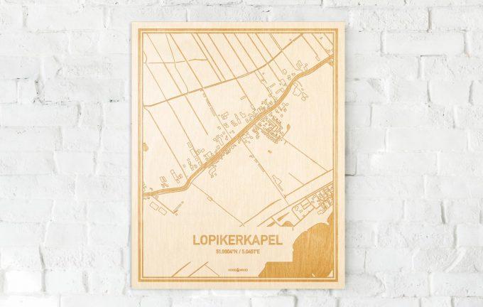 De kaart Lopikerkapel aan een witte bakstenen muur. Prachtige persoonlijke muurdecoratie. Lasers graveren Lopikerkapel haar straten, buurten en huizen waardoor een bijzondere plaats in Utrecht mooi in kaart gebracht wordt.