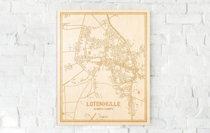 De kaart Lotenhulle aan een witte bakstenen muur. Prachtige persoonlijke muurdecoratie. Lasers graveren Lotenhulle haar straten, buurten en huizen waardoor een moderne plaats in Oost-Vlaanderen  mooi in kaart gebracht wordt.