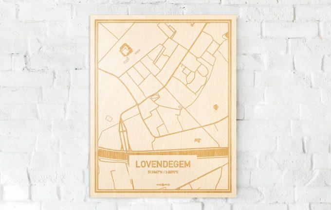 De kaart Lovendegem aan een witte bakstenen muur. Prachtige persoonlijke muurdecoratie. Lasers graveren Lovendegem haar straten, buurten en huizen waardoor een unieke plaats in Oost-Vlaanderen  mooi in kaart gebracht wordt.