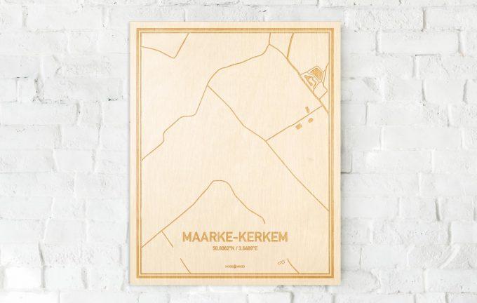 De kaart Maarke-Kerkem aan een witte bakstenen muur. Prachtige persoonlijke muurdecoratie. Lasers graveren Maarke-Kerkem haar straten, buurten en huizen waardoor een unieke plaats in Oost-Vlaanderen  mooi in kaart gebracht wordt.