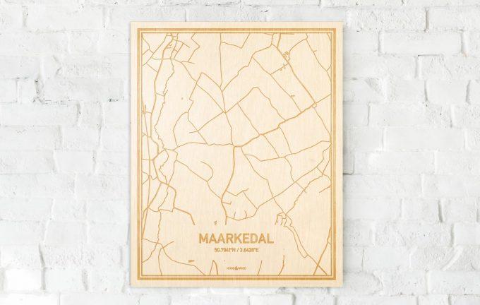 De kaart Maarkedal aan een witte bakstenen muur. Prachtige persoonlijke muurdecoratie. Lasers graveren Maarkedal haar straten, buurten en huizen waardoor een prachtige plaats in Oost-Vlaanderen  mooi in kaart gebracht wordt.