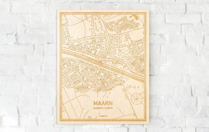De kaart Maarn aan een witte bakstenen muur. Prachtige persoonlijke muurdecoratie. Lasers graveren Maarn haar straten, buurten en huizen waardoor een moderne plaats in Utrecht mooi in kaart gebracht wordt.