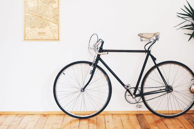 Een snelle fiets in een uniek interieur in Utrecht met mooie decoratie zoals de plattegrond Maarn.