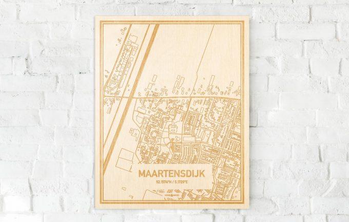 De kaart Maartensdijk aan een witte bakstenen muur. Prachtige persoonlijke muurdecoratie. Lasers graveren Maartensdijk haar straten, buurten en huizen waardoor een stijlvolle plaats in Utrecht mooi in kaart gebracht wordt.