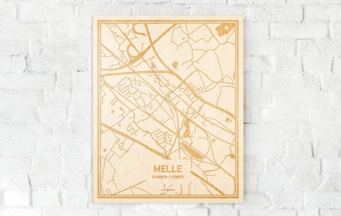 De kaart Melle aan een witte bakstenen muur. Prachtige persoonlijke muurdecoratie. Lasers graveren Melle haar straten, buurten en huizen waardoor een stijlvolle plaats in Oost-Vlaanderen  mooi in kaart gebracht wordt.