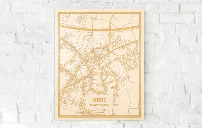 De kaart Mere aan een witte bakstenen muur. Prachtige persoonlijke muurdecoratie. Lasers graveren Mere haar straten, buurten en huizen waardoor een speciale plaats in Oost-Vlaanderen  mooi in kaart gebracht wordt.