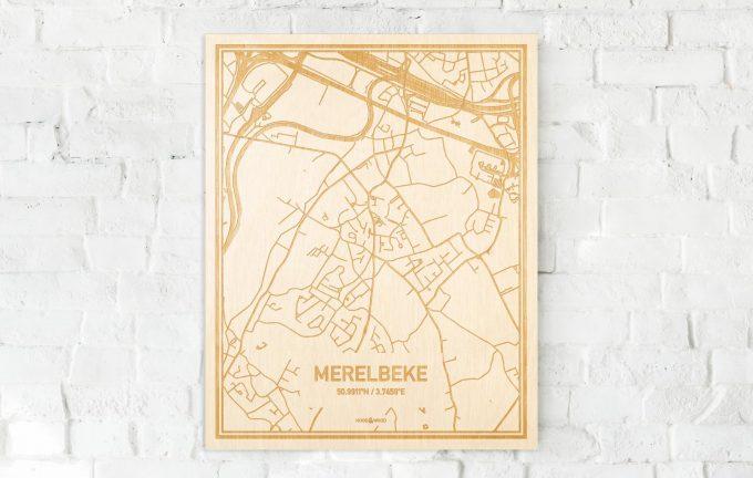 De kaart Merelbeke aan een witte bakstenen muur. Prachtige persoonlijke muurdecoratie. Lasers graveren Merelbeke haar straten, buurten en huizen waardoor een originele plaats in Oost-Vlaanderen  mooi in kaart gebracht wordt.