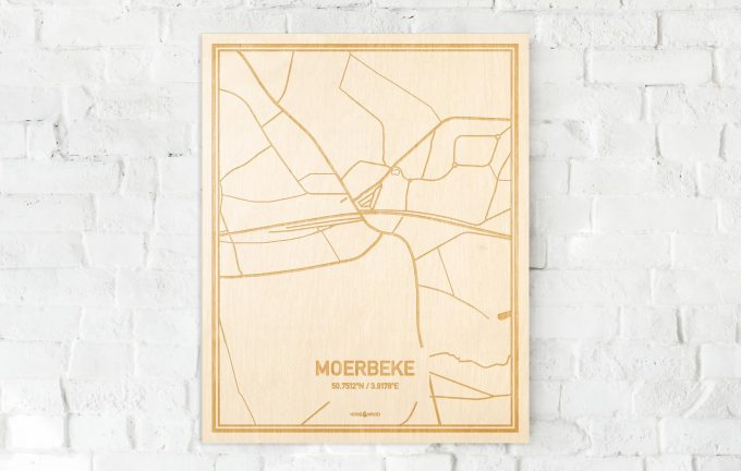 De kaart Moerbeke aan een witte bakstenen muur. Prachtige persoonlijke muurdecoratie. Lasers graveren Moerbeke haar straten, buurten en huizen waardoor een bijzondere plaats in Oost-Vlaanderen  mooi in kaart gebracht wordt.
