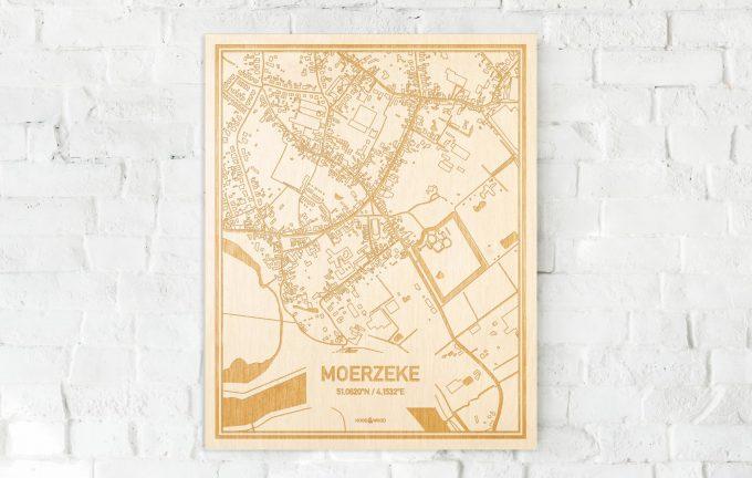 De kaart Moerzeke aan een witte bakstenen muur. Prachtige persoonlijke muurdecoratie. Lasers graveren Moerzeke haar straten, buurten en huizen waardoor een verrassende plaats in Oost-Vlaanderen  mooi in kaart gebracht wordt.