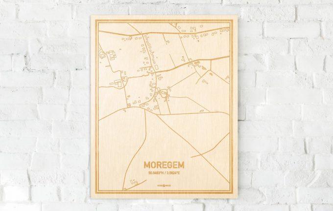 De kaart Moregem aan een witte bakstenen muur. Prachtige persoonlijke muurdecoratie. Lasers graveren Moregem haar straten, buurten en huizen waardoor een speciale plaats in Oost-Vlaanderen  mooi in kaart gebracht wordt.