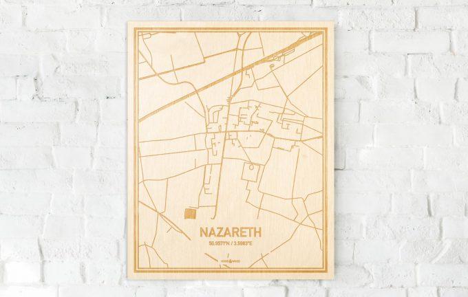 De kaart Nazareth aan een witte bakstenen muur. Prachtige persoonlijke muurdecoratie. Lasers graveren Nazareth haar straten, buurten en huizen waardoor een moderne plaats in Oost-Vlaanderen  mooi in kaart gebracht wordt.