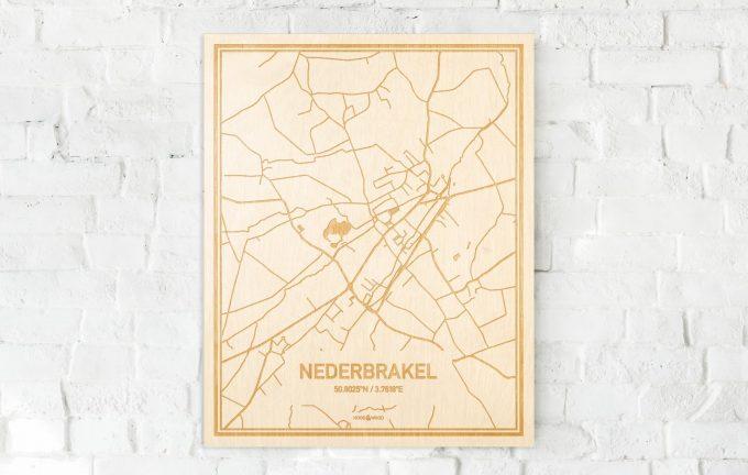 De kaart Nederbrakel aan een witte bakstenen muur. Prachtige persoonlijke muurdecoratie. Lasers graveren Nederbrakel haar straten, buurten en huizen waardoor een prachtige plaats in Oost-Vlaanderen  mooi in kaart gebracht wordt.
