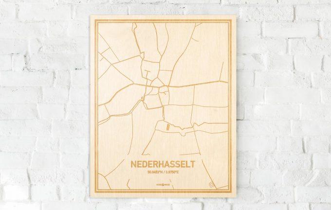 De kaart Nederhasselt aan een witte bakstenen muur. Prachtige persoonlijke muurdecoratie. Lasers graveren Nederhasselt haar straten, buurten en huizen waardoor een stijlvolle plaats in Oost-Vlaanderen  mooi in kaart gebracht wordt.