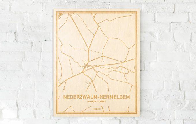 De kaart Nederzwalm-Hermelgem aan een witte bakstenen muur. Prachtige persoonlijke muurdecoratie. Lasers graveren Nederzwalm-Hermelgem haar straten, buurten en huizen waardoor een originele plaats in Oost-Vlaanderen  mooi in kaart gebracht wordt.