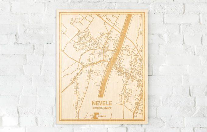De kaart Nevele aan een witte bakstenen muur. Prachtige persoonlijke muurdecoratie. Lasers graveren Nevele haar straten, buurten en huizen waardoor een opvallende plaats in Oost-Vlaanderen  mooi in kaart gebracht wordt.