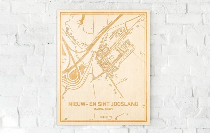 De kaart Nieuw- en Sint Joosland aan een witte bakstenen muur. Prachtige persoonlijke muurdecoratie. Lasers graveren Nieuw- en Sint Joosland haar straten, buurten en huizen waardoor een schitterende plaats in Zeeland mooi in kaart gebracht wordt.