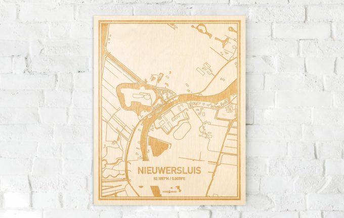 De kaart Nieuwersluis aan een witte bakstenen muur. Prachtige persoonlijke muurdecoratie. Lasers graveren Nieuwersluis haar straten, buurten en huizen waardoor een moderne plaats in Utrecht mooi in kaart gebracht wordt.