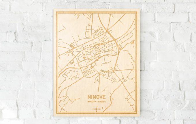 De kaart Ninove aan een witte bakstenen muur. Prachtige persoonlijke muurdecoratie. Lasers graveren Ninove haar straten, buurten en huizen waardoor een speciale plaats in Oost-Vlaanderen  mooi in kaart gebracht wordt.