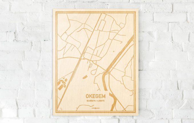 De kaart Okegem aan een witte bakstenen muur. Prachtige persoonlijke muurdecoratie. Lasers graveren Okegem haar straten, buurten en huizen waardoor een schitterende plaats in Oost-Vlaanderen  mooi in kaart gebracht wordt.