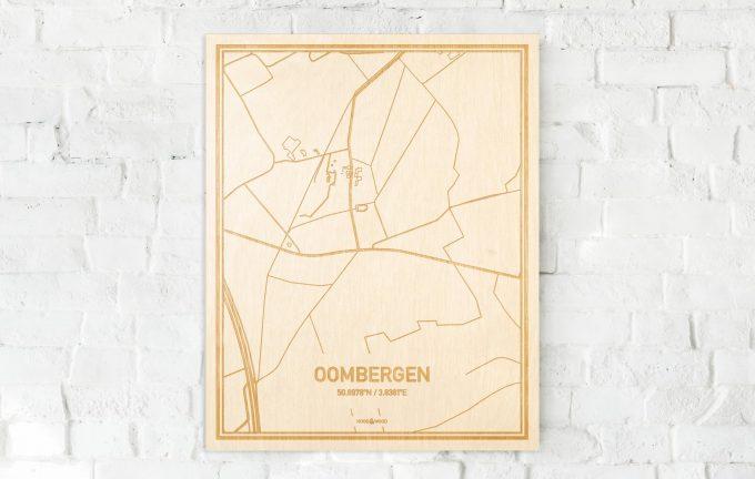 De kaart Oombergen aan een witte bakstenen muur. Prachtige persoonlijke muurdecoratie. Lasers graveren Oombergen haar straten, buurten en huizen waardoor een bijzondere plaats in Oost-Vlaanderen  mooi in kaart gebracht wordt.