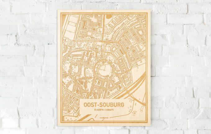 De kaart Oost-Souburg aan een witte bakstenen muur. Prachtige persoonlijke muurdecoratie. Lasers graveren Oost-Souburg haar straten, buurten en huizen waardoor een stijlvolle plaats in Zeeland mooi in kaart gebracht wordt.