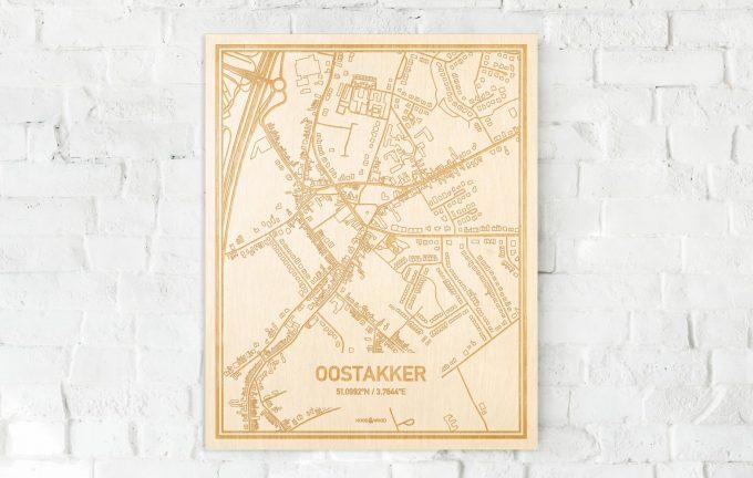 De kaart Oostakker aan een witte bakstenen muur. Prachtige persoonlijke muurdecoratie. Lasers graveren Oostakker haar straten, buurten en huizen waardoor een bijzondere plaats in Oost-Vlaanderen  mooi in kaart gebracht wordt.
