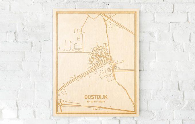 De kaart Oostdijk aan een witte bakstenen muur. Prachtige persoonlijke muurdecoratie. Lasers graveren Oostdijk haar straten, buurten en huizen waardoor een opvallende plaats in Zeeland mooi in kaart gebracht wordt.