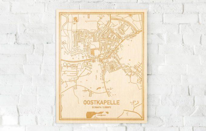 De kaart Oostkapelle aan een witte bakstenen muur. Prachtige persoonlijke muurdecoratie. Lasers graveren Oostkapelle haar straten, buurten en huizen waardoor een verrassende plaats in Zeeland mooi in kaart gebracht wordt.