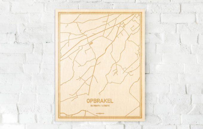 De kaart Opbrakel aan een witte bakstenen muur. Prachtige persoonlijke muurdecoratie. Lasers graveren Opbrakel haar straten, buurten en huizen waardoor een originele plaats in Oost-Vlaanderen  mooi in kaart gebracht wordt.