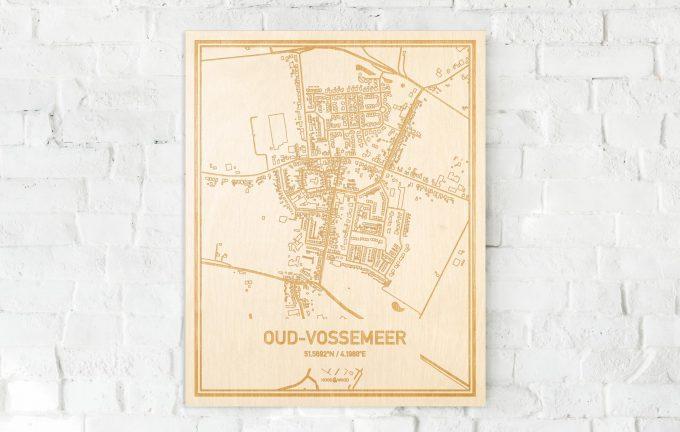 De kaart Oud-Vossemeer aan een witte bakstenen muur. Prachtige persoonlijke muurdecoratie. Lasers graveren Oud-Vossemeer haar straten, buurten en huizen waardoor een opvallende plaats in Zeeland mooi in kaart gebracht wordt.