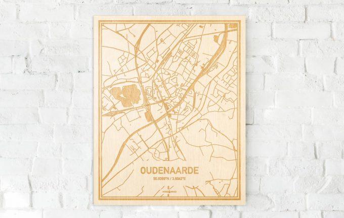 De kaart Oudenaarde aan een witte bakstenen muur. Prachtige persoonlijke muurdecoratie. Lasers graveren Oudenaarde haar straten, buurten en huizen waardoor een speciale plaats in Oost-Vlaanderen  mooi in kaart gebracht wordt.