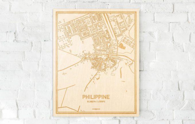 De kaart Philippine aan een witte bakstenen muur. Prachtige persoonlijke muurdecoratie. Lasers graveren Philippine haar straten, buurten en huizen waardoor een unieke plaats in Zeeland mooi in kaart gebracht wordt.
